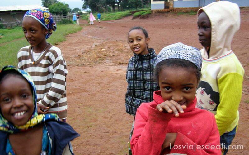 niñas peul posando sonrientes en Sabga montes bamileké
