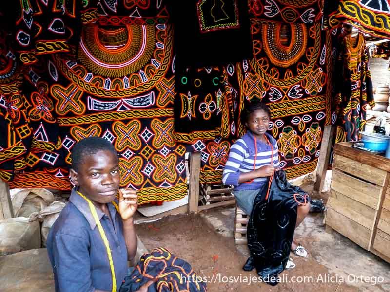 tienda de ropa tradicional de telas bordadas por niños en bamenda
