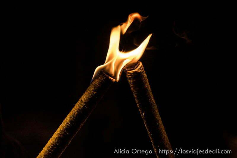 antorchas encendidas en la noche fin de semana cidiano
