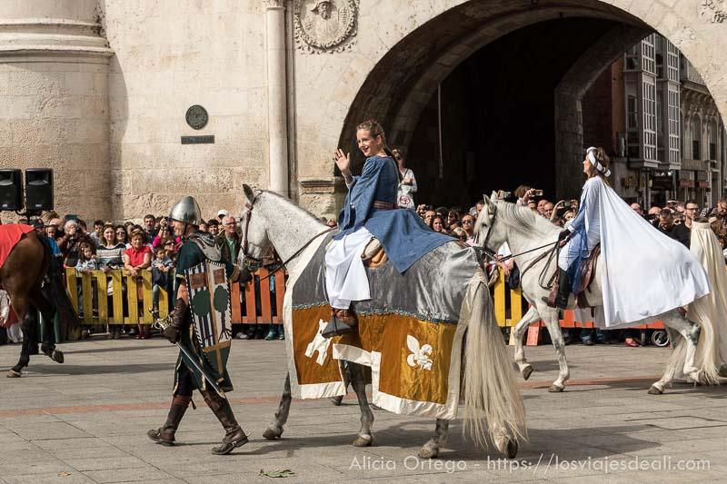 niña desfilando sobre caballo en fin de semana cidiano