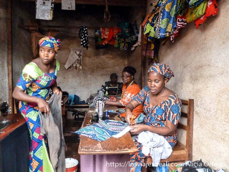 mujeres sastre en su taller de foumban