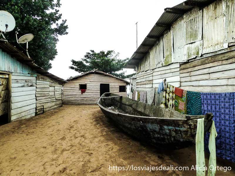 calle de casas de madera y una barcaza en londji