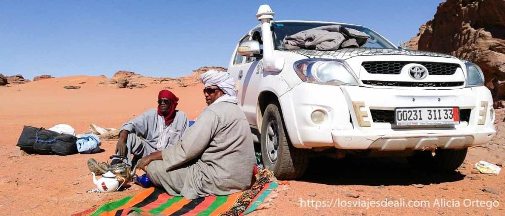 tuareg en el tadrart preparando té junto al coche de la expedición