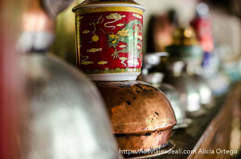 cacharros de cobre y cerámica en casa local de ladakh