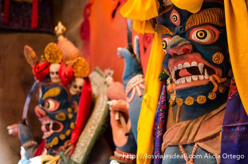 estatuas de demonios pintados de colores brillantes en el monasterio de lamayuru