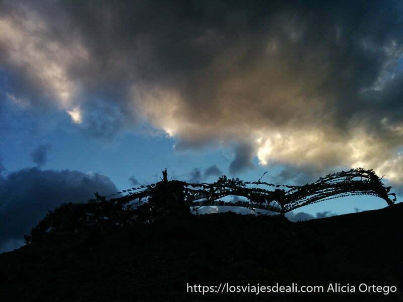 anochecer en la montaña con hileras de banderas de oración monasterio de lamayuru