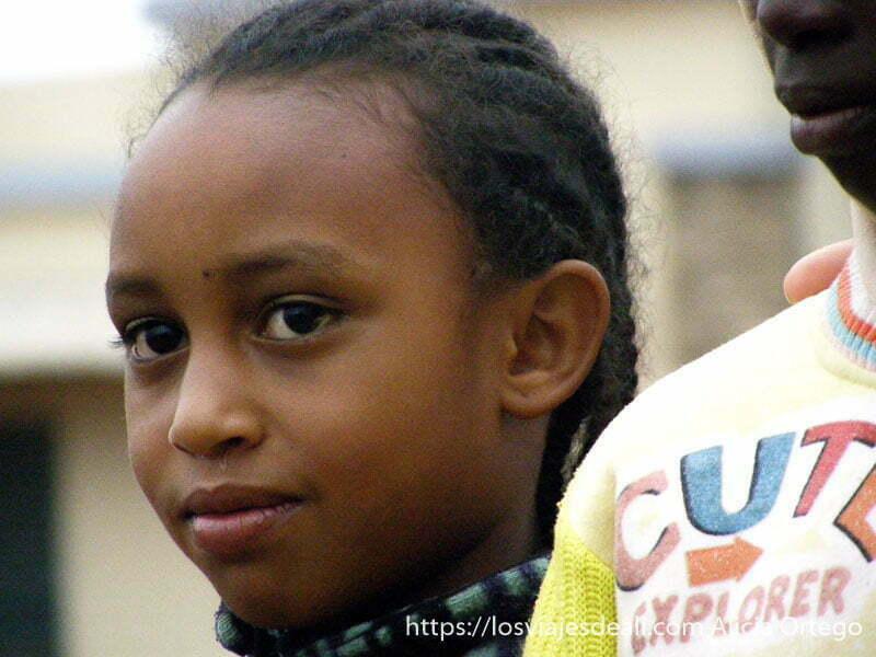 niña con peinado de trencitas montes bamileké