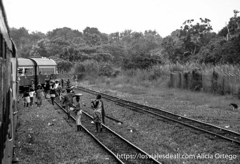 vendedoras de comida en las vías del tren ngaoundere