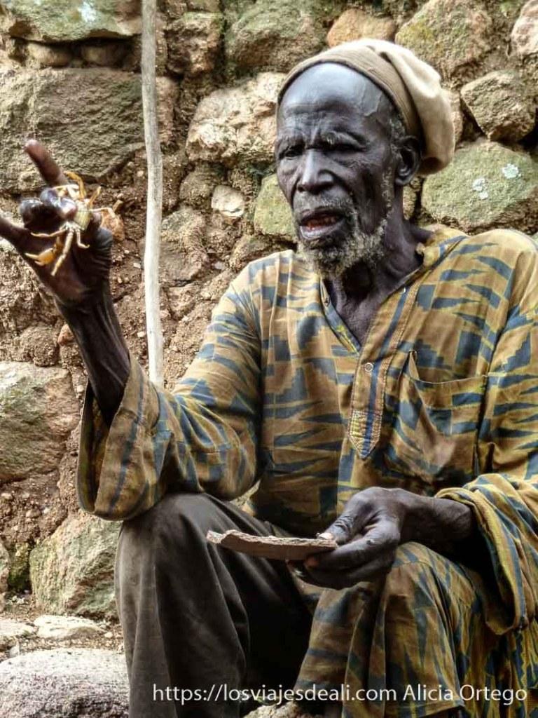 brujo con cangrejo en la mano en rumsiki camerún