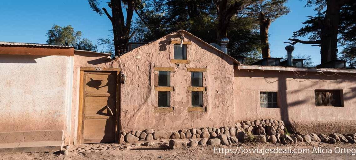 casa de adobe con ventanas san pedro de atacama