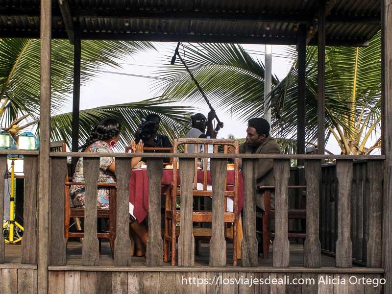 rodaje de escena de culebrón en el hotel sur de camerún kribi