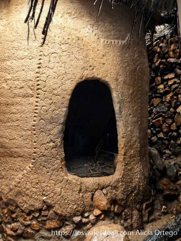 puerta de granero de adobe con decoraciones circulares trekking en los montes mandara de camerún