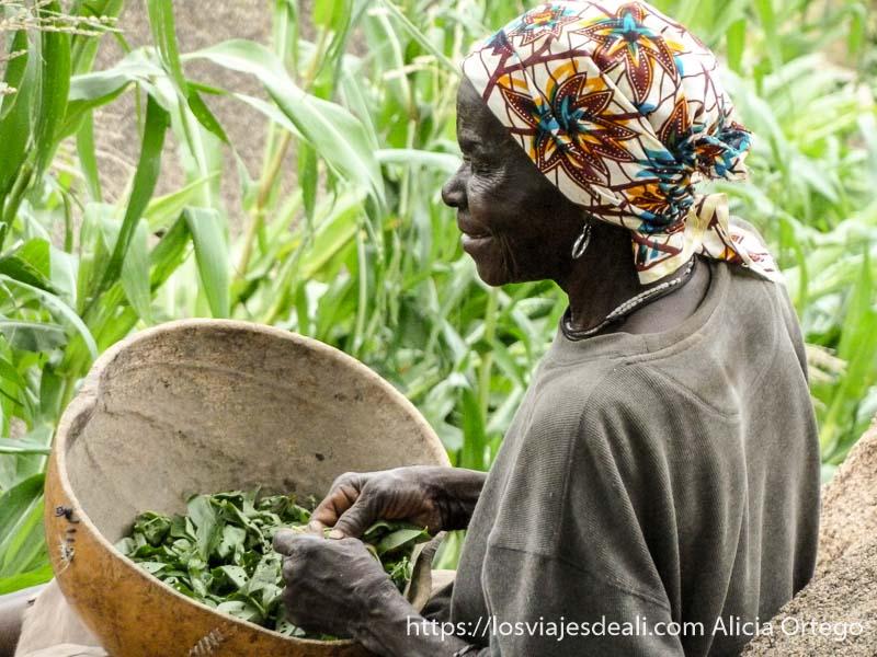 mujer limpiando verduras en una calabaza hueca trekking en el monte ziver