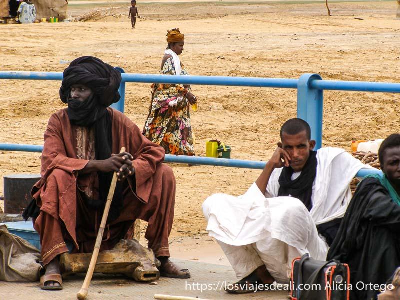 tuareg sentado en el ferry de tombuctú con turbante negro