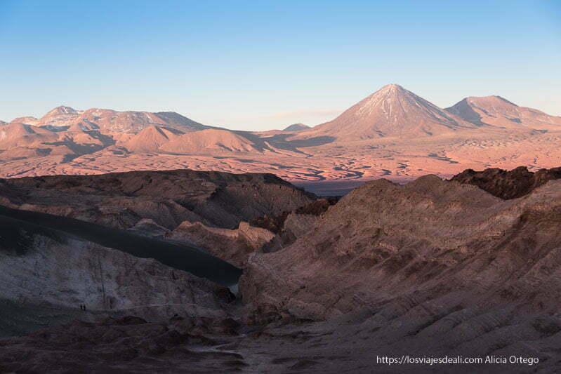 gran volcán con paisaje alrededor en atardecer en valle de la luna