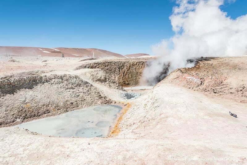 geyser con fumarola y suelo de colores amarillos y grises en bolivia
