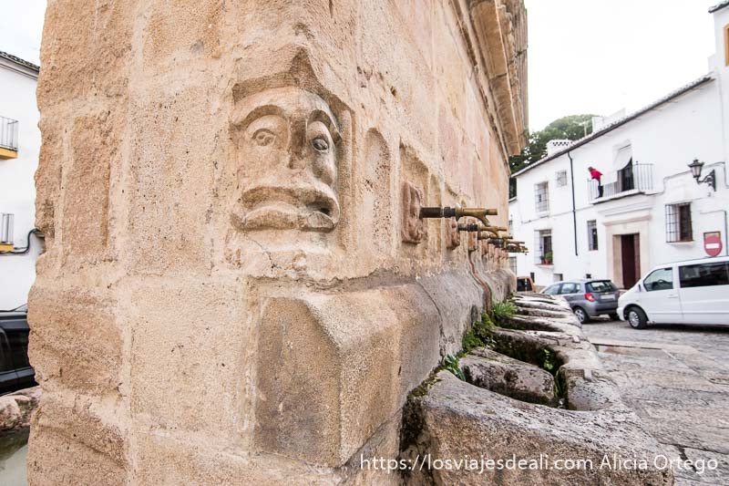cara esculpida en la fuente de los ocho caños escapada a ronda
