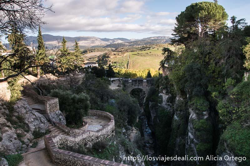 terrazas y árboles que se asoman al tajo en los jardines de cuenca escapada a ronda
