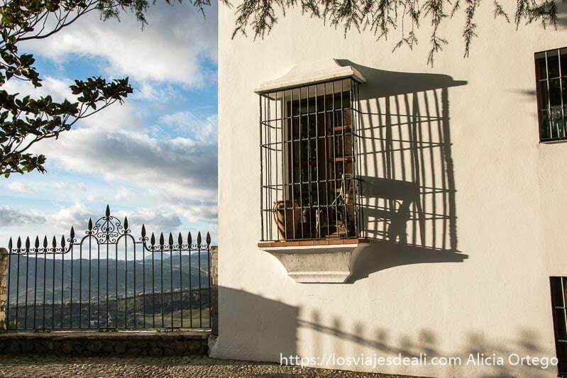 balcón con rejas y balcón que se asoma a la serranía escapada a ronda