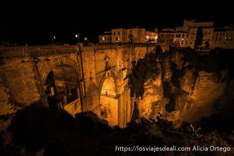 puente nuevo iluminado por la noche escapada a ronda