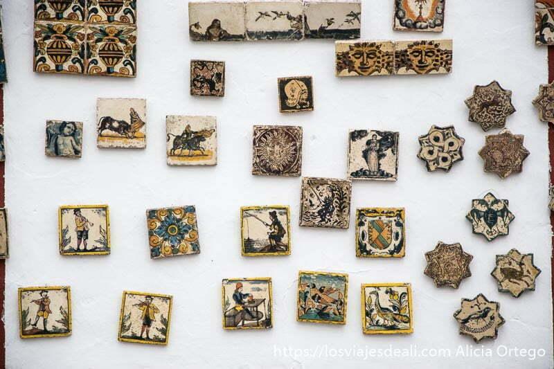 pared con azulejos pintados antiguos algunos con forma de estrella de 8 puntas escapada a ronda