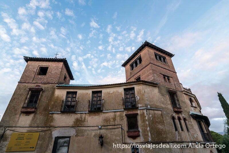 palacio del rey moro con dos torres y cielo azul con nubes escapada a ronda