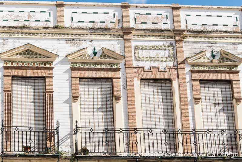 balcones al sol con persianas echadas escapada a ronda