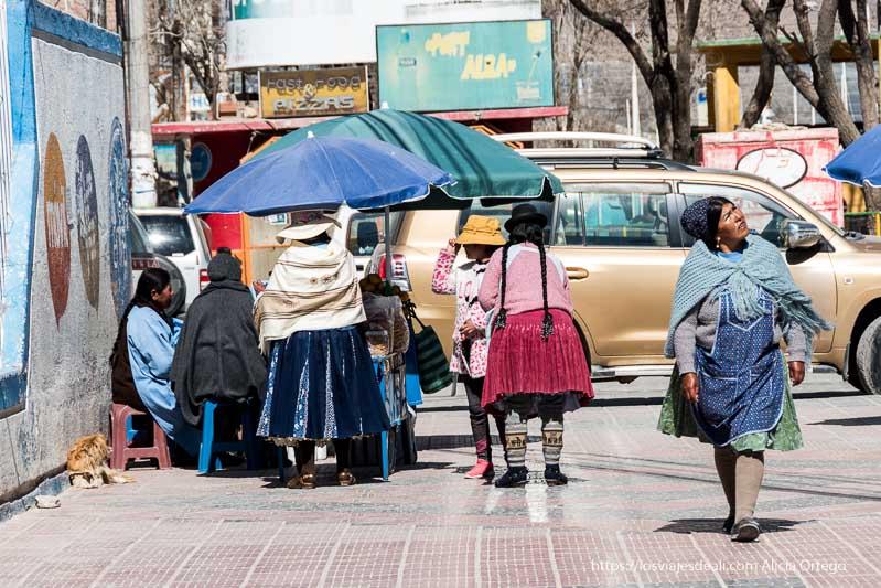 mujeres bolivianas en un puesto de la calle en la ciudad de uyuni