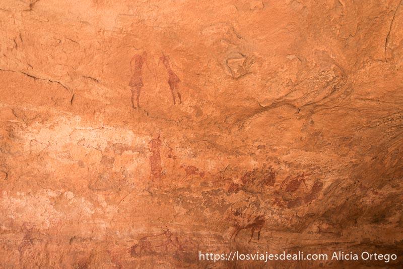 abrigo de roca lleno de arte rupestre en el sahara