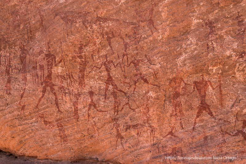 pintura rupestres de un grupo de guerreros en el sahara
