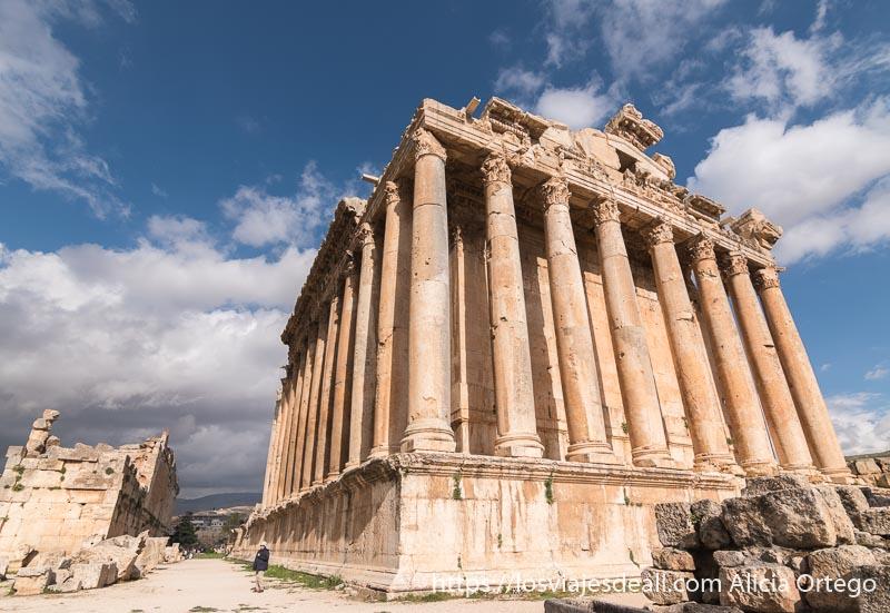 el templo de baco con enormes columnas sobre una plataforma y cielo azul con nubes blancas es uno de los lugares que pueden hacer abrir la boca
