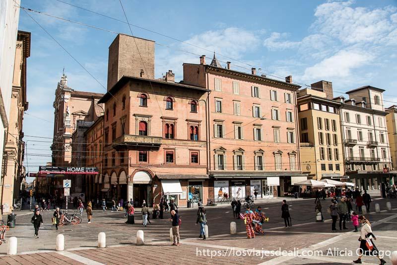 esquina de la plaza de neptuno con gran iglesia a la izquierda y casas renacentistas