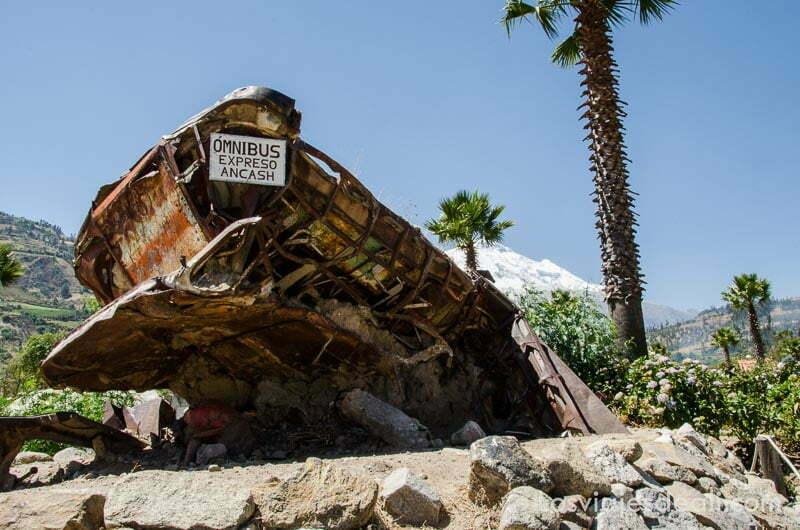 restos oxidados del ómnibus del pueblo de yungay