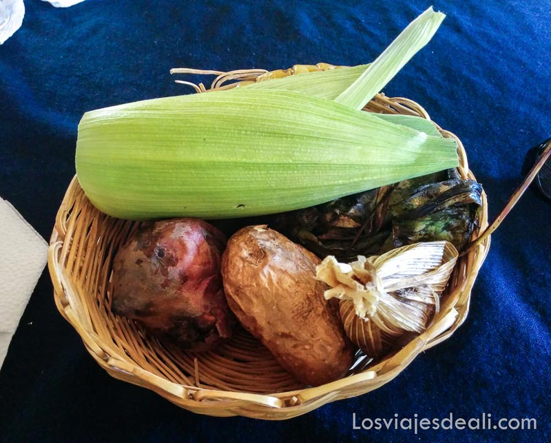 plaato con distintas papas y una mazorca de maíz