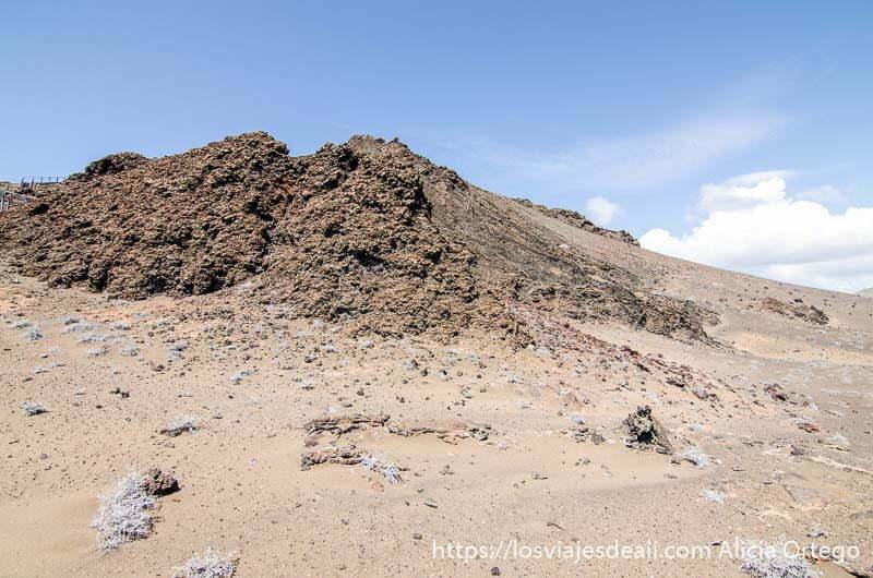 cráter de volcán y cielo muy azul