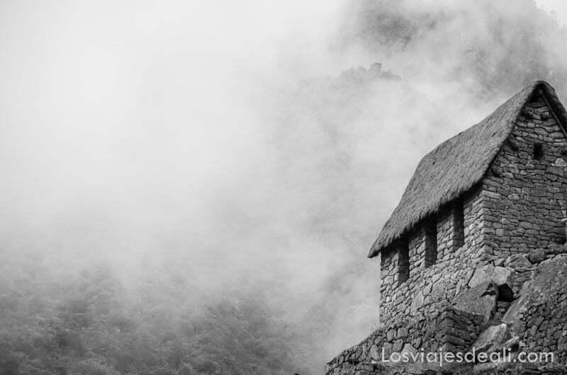 cabaña de piedra con tejado de paja a dos aguas muy inclinado y mucha niebla alrededor