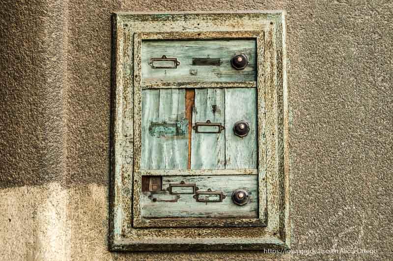 buzón viejo de madera en la puerta de una casa de sibiu