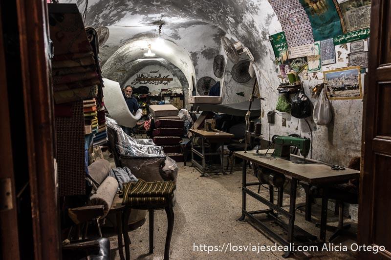 taller de colchonero en local abovedado del zoco en la excursión a tiro y sidón