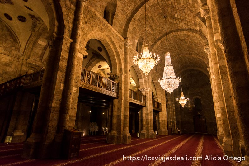 interior de mezquita con balcón para las mujeres y grandes lámparas de cristal en beirut