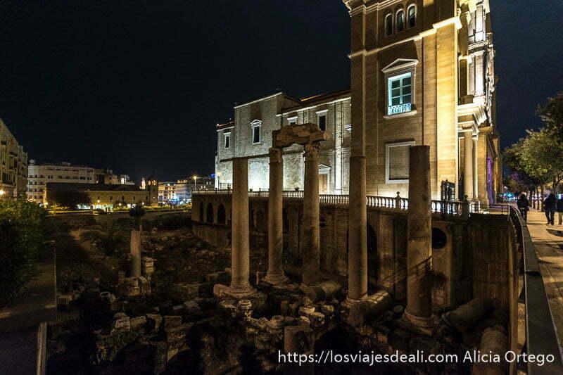 columnas romanas junto a catedral en el centro de beirut por la noche viajar a líbano
