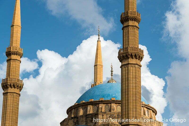 cúpula azul con minaretes de color marrón sobre cielo azul con nubes blancas en beirut