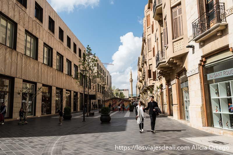 calle de downtown de beirut casi vacía de gente con edificios modernos