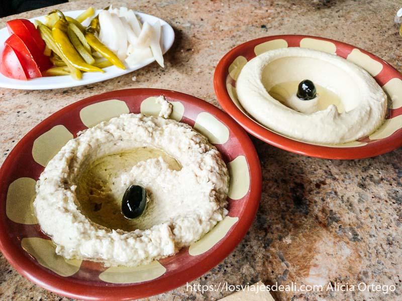 platos de hummus y pasta de berenjenas