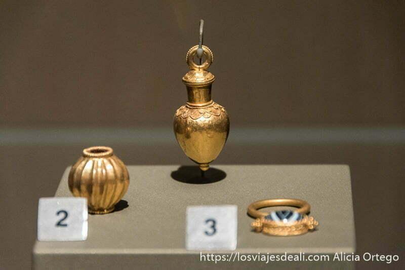 pequeño perfumero de oro antiguo en el museo nacional de beirut