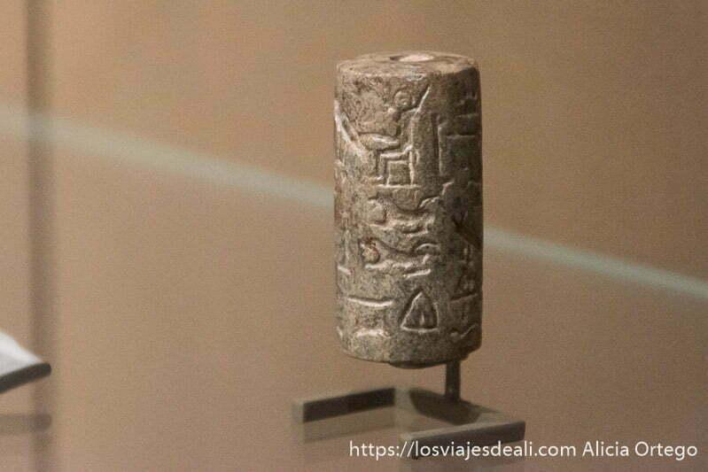 cilindro de piedra con jeroglíficos utilizado como sello para comerciar