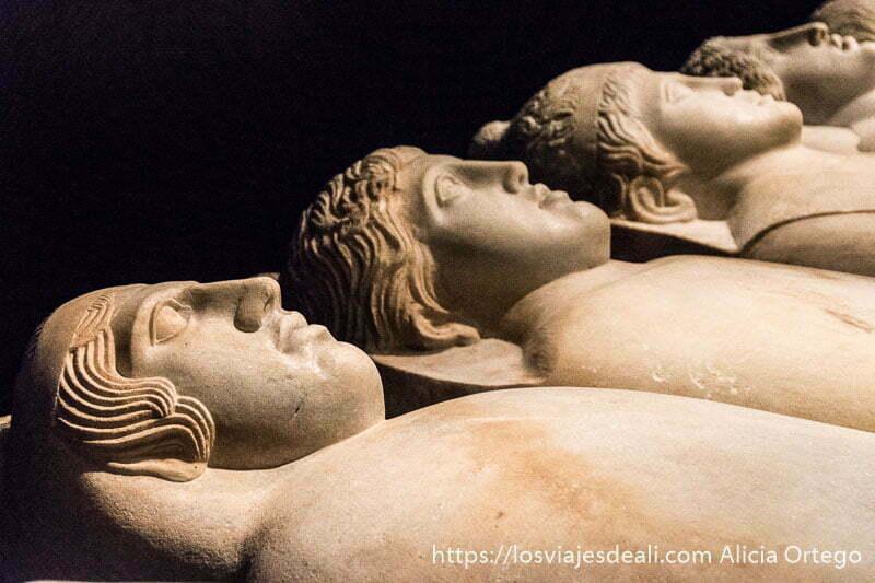 sarcófagos de mármol con cabezas humanas perfectamente hechas en el museo nacional de beirut