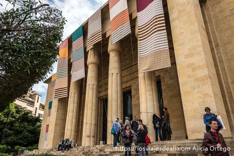 fachada del museo nacional de beirut con columnas de papiros que imitan a las egipcias