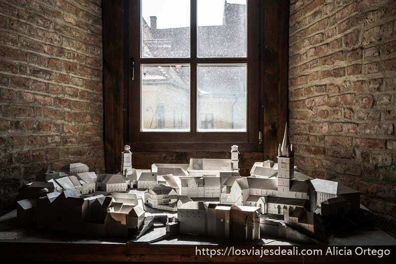 maqueta de la ciudad de sibiu bajo ventana de la torre del consejo