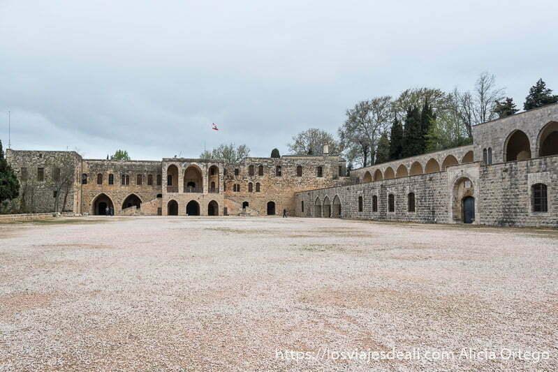 excursión a los alrededores de beirut patio de armas del palacio con gran explanada vacía