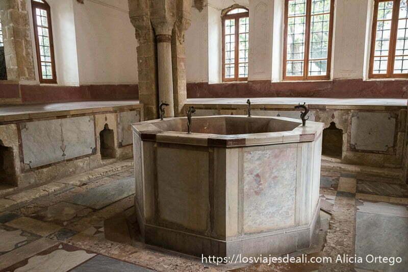 sala de hamman con gran fuente con cuatro caños de hierro en el centro en el palacio de beiteddine